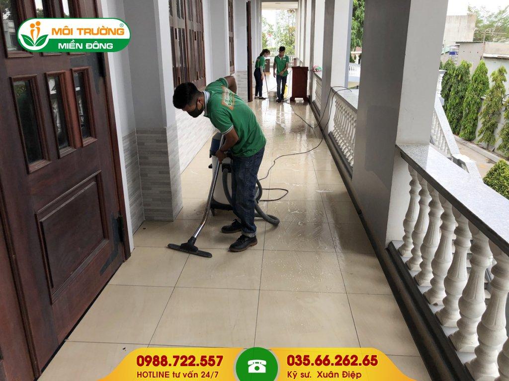 Thuê dịch vụ chà rửa bám bẩn