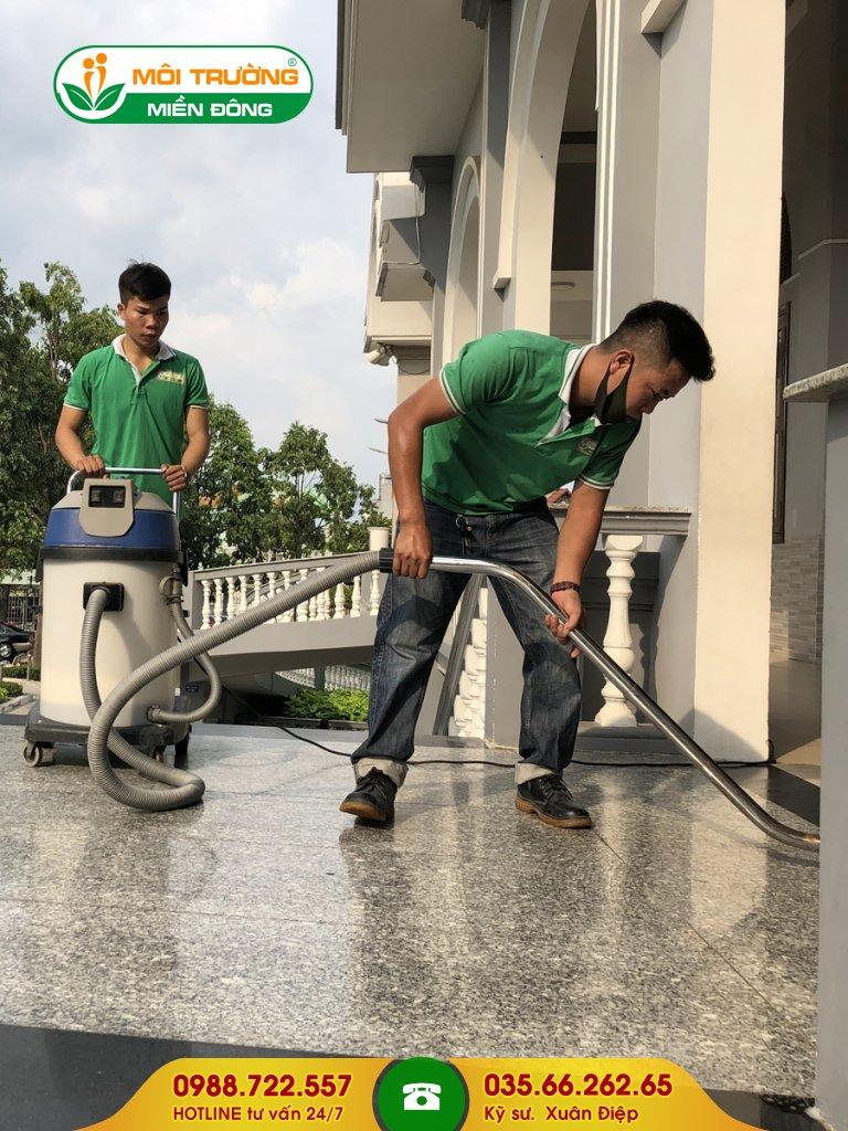 Chi phí dịch vụ chà rửa rêu mốc
