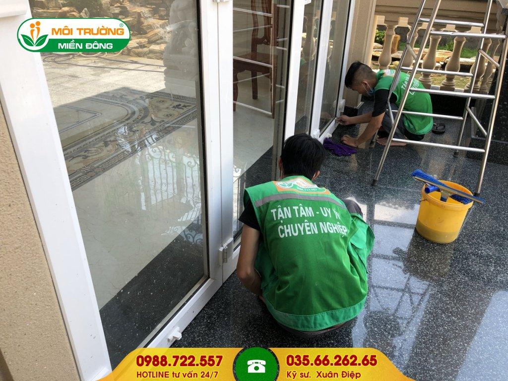 Đơn giá dịch vụ vệ sinh kính