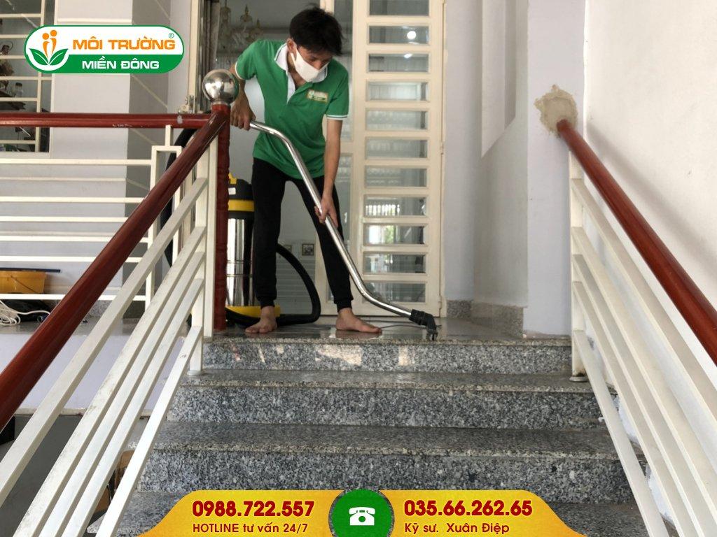 Bảng giá dịch vụ vệ sinh thang bộ tại nhà