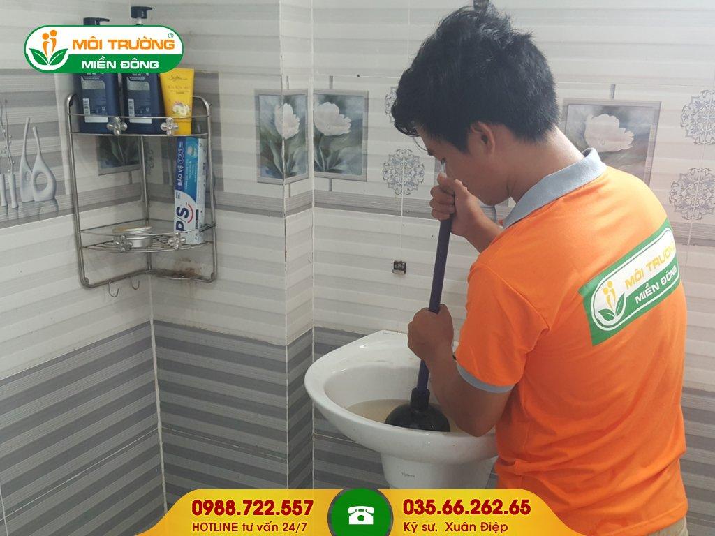 Dịch vụ thông tắc lavabo bằng thụt cao su